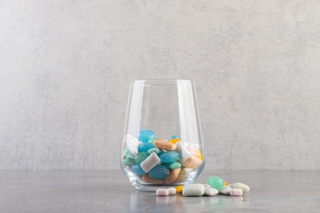 Bâtonnets de chewing-gum sans sucre non emballés placés dans une tasse en verre.