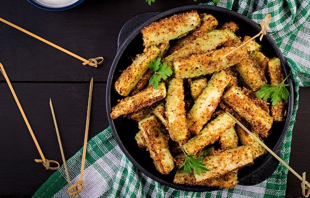 Bâtonnets de courgettes au four avec du fromage et de la chapelure