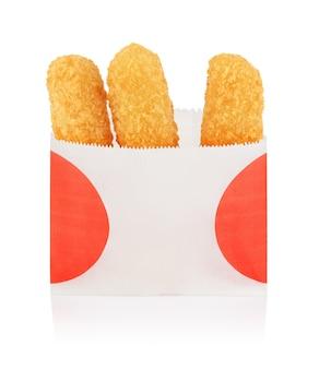 Bâtonnets de fromage frit dans un sac en papier à emporter isolé sur fond blanc