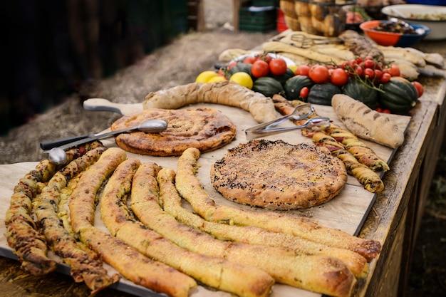 Bâtonnets de fromage avec pâte feuilletée, baguettes, tortillas sur une table en bois