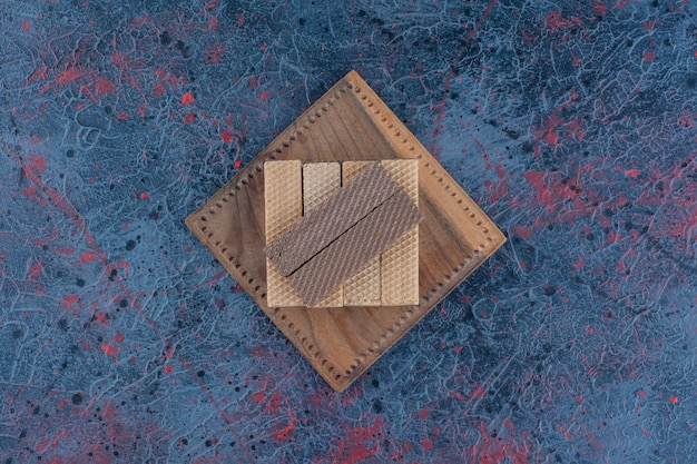 Bâtonnets de gaufres au chocolat placés sur une surface sombre