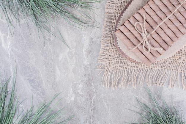 Bâtonnets de gaufres enveloppés sur une planche rustique