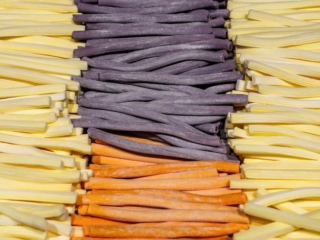 Bâtonnets de marmelade de couleur différente se bouchent