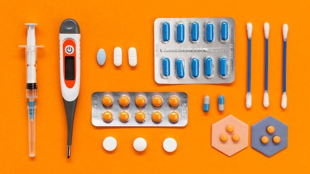 Bâtonnets d'oreille et pilules sur le bureau