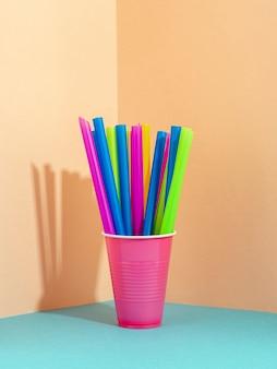 Bâtonnets de paille de couleurs vives mélangées