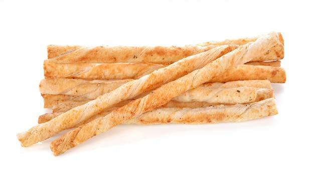 Bâtonnets de pain au fromage sur fond blanc