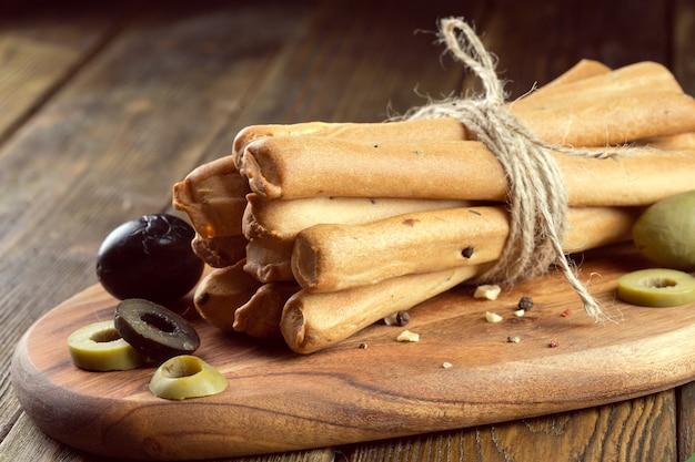 Bâtonnets de pain croustillants sur une table en bois