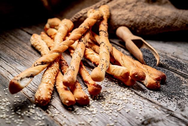Bâtonnets de pain sur un fond en bois. nourriture saine