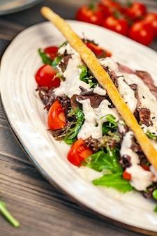 Bâtonnets de pain avec une salade de légumes et sauce
