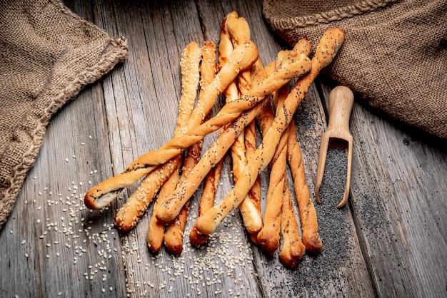 Bâtonnets de pain sur une table en bois