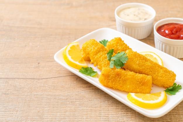 Bâtonnets de poisson frit avec sauce