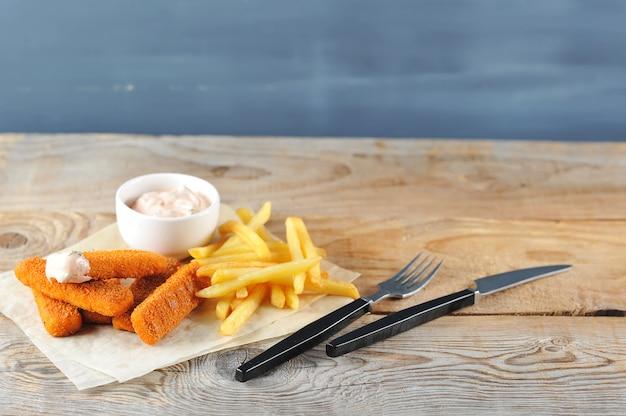 Bâtonnets de poisson frits avec sauce avec frites