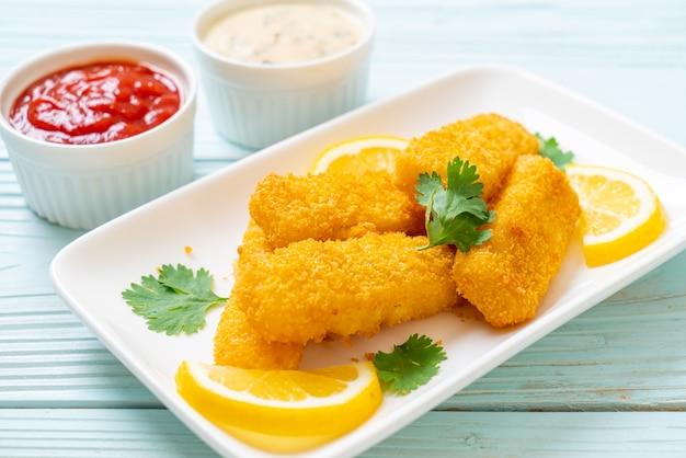 Bâtonnets de poisson frits avec sauces