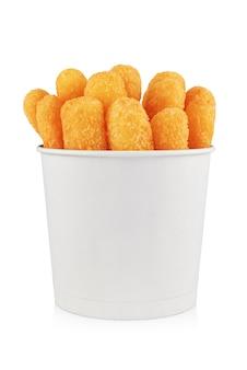 Bâtonnets de poisson, de fromage ou de poulet frits dans un seau en papier à emporter isolé