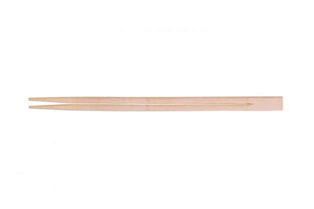 Bâtonnets de sushi en bois isolés sur fond blanc.