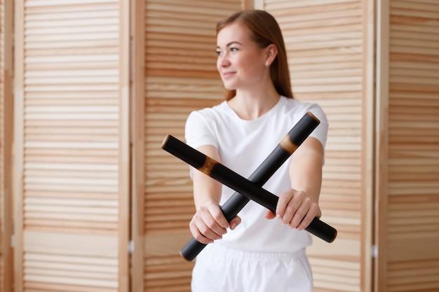 Bâtons de bambou entre les mains d'un masseur