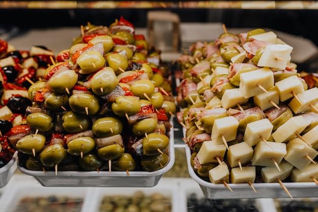 Bâtons de barbecue empilés au mercado de san miguel, madrid