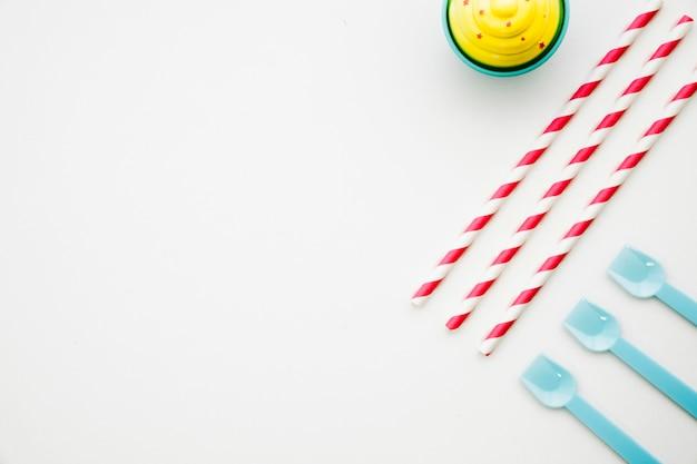Bâtons de bonbons, glaces et cuillères en plastique