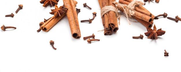 Bâtons de cannelle et anis étoilé isolés
