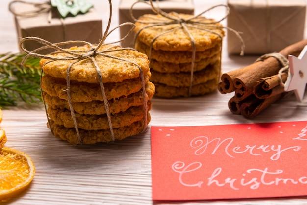 Bâtons de cannelle et biscuits, concept de noël