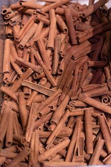 Bâtons de cannelle dans les stocks d'épicerie. photo de haute qualité