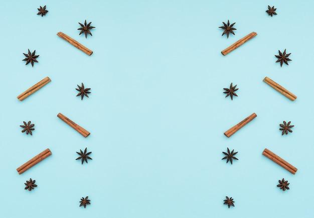 Bâtons de cannelle, étoiles d'anis sur fond bleu
