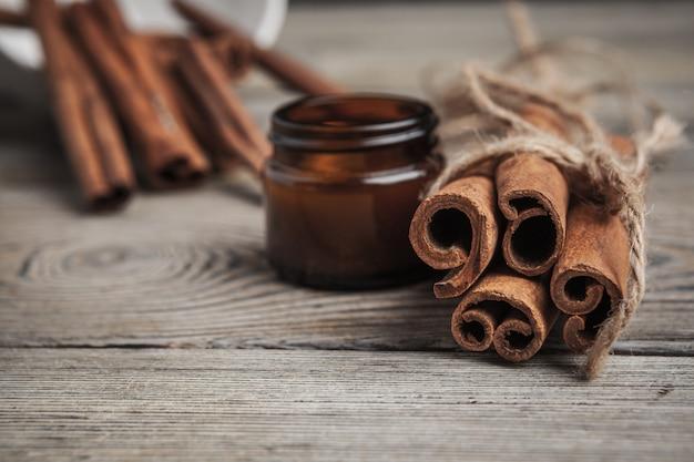 Bâtons de cannelle sur fond en bois