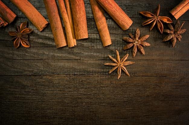 Bâtons de cannelle sur fond vintage en bois