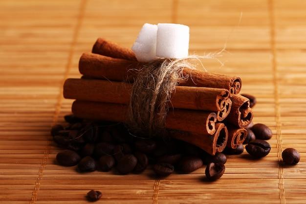 Bâtons de cannelle et grains de café