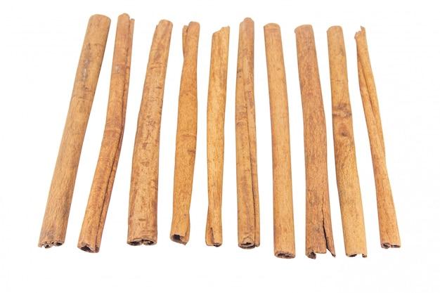 Bâtons de cannelle isolés sur blanc avec un tracé de détourage.
