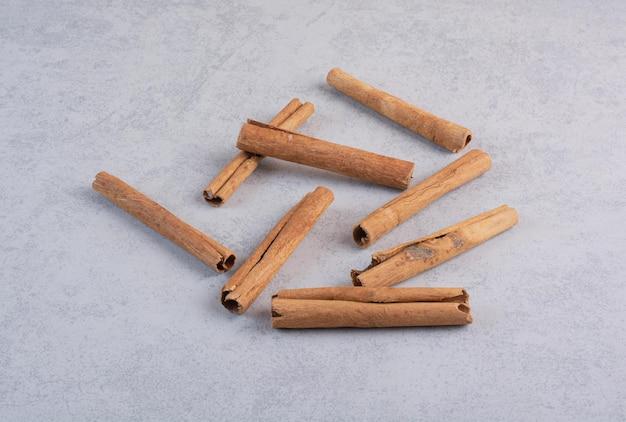 Bâtons De Cannelle Isolés Sur Fond De Béton. Photo gratuit