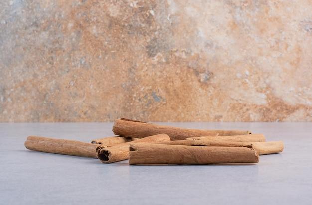 Bâtons de cannelle isolés sur fond de béton.