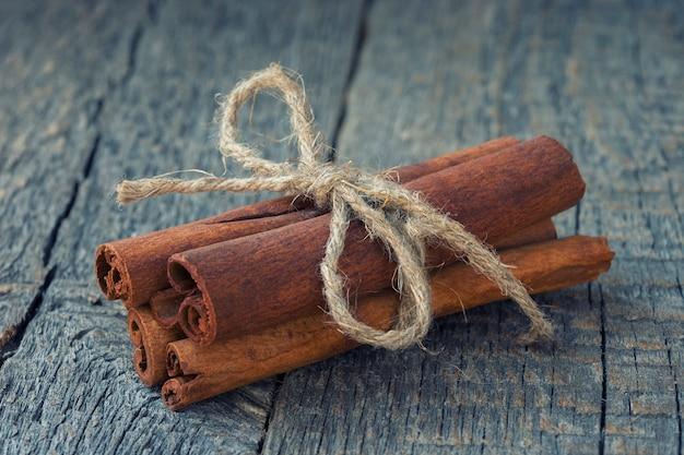 Bâtons de cannelle se trouvent sur une table en bois