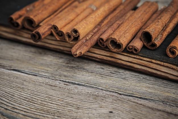 Bâtons de cannelle sur table en bois.