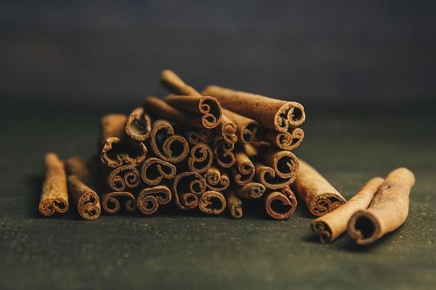 Bâtons de cannelle sur une vieille table en bois, mise au point sélective