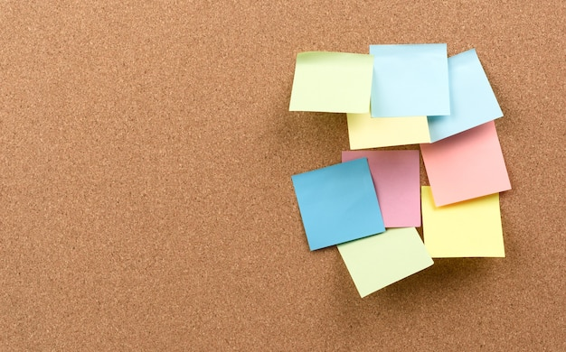 Des bâtons carrés multicolores sont collés à la texture de liège brun, copiez l'espace