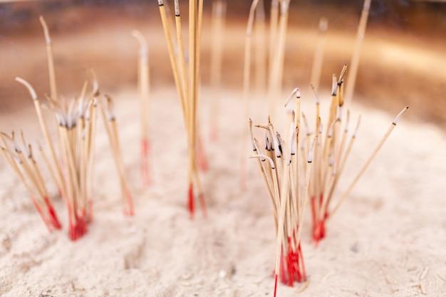 Bâtons d'encens dans le sable
