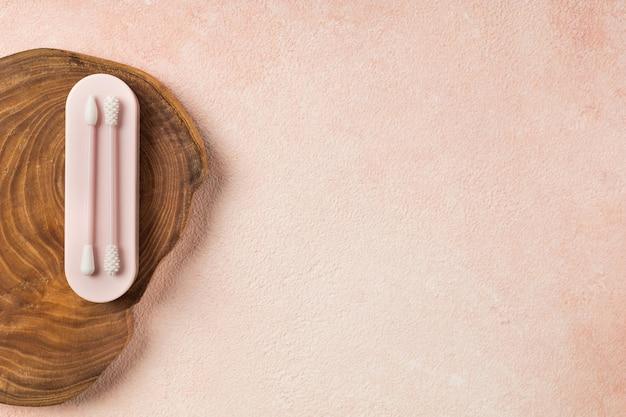 Bâtons d'oreille réutilisables sur fond rose