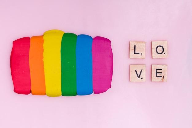 Bâtons de pâte à modeler et blocs de texte en bois avec le mot amour