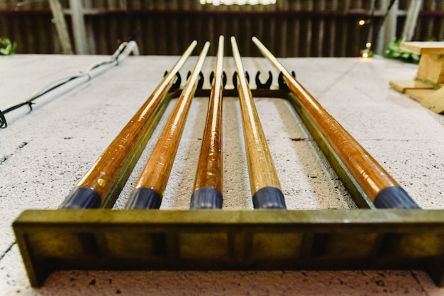 Des bâtons pour jouer au billard accroché au mur.