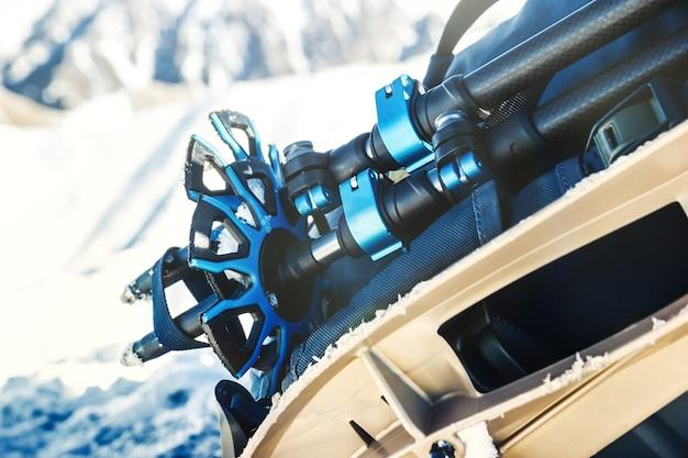 Bâtons de randonnée en gros plan contre un paysage enneigé concept de sports d'hiver et d'alpinisme copy space