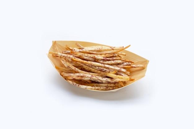 Bâtons de taro frits sur fond blanc.