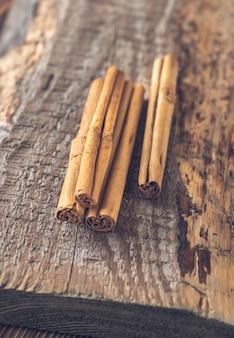 Bâtons de vraie cannelle sur la surface en bois
