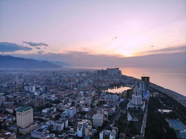 Batoumi d'en haut. photo aérienne d'un drone. ville balnéaire géorgienne. belle vue panoramique sur la ville. mer noire