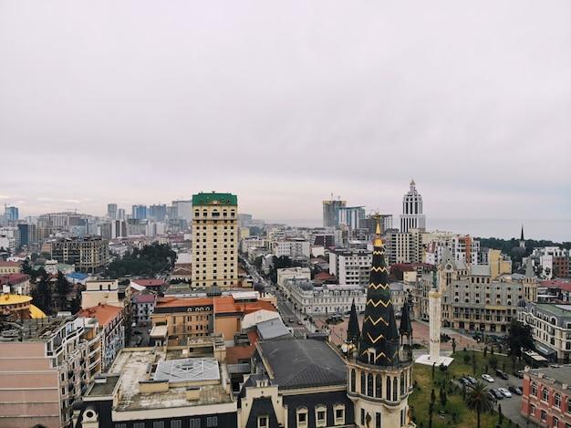 Batoumi d'en haut. photo aérienne d'un drone. ville balnéaire géorgienne. belle vue panoramique sur la ville.
