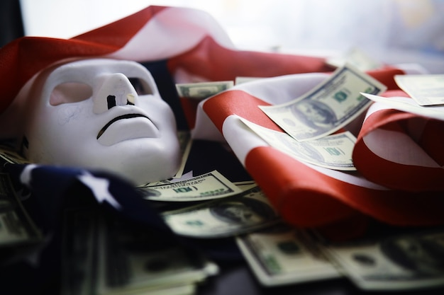 Battant drapeau usa avec vague. drapeau américain pour le memorial day ou le 4 juillet. gros plan du drapeau américain sur fond sombre
