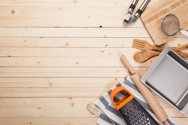Batterie de cuisine et accessoires sur une table en bois.