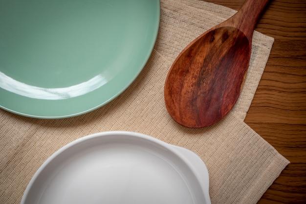 La batterie de cuisine consiste en un plat blanc, une assiette verte