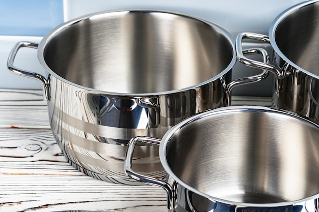 Batterie de cuisine ensemble de trois nouveaux pots sur table en bois