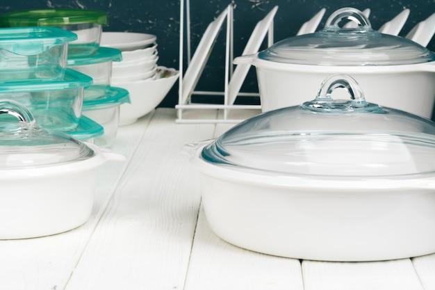 Batterie de cuisine pot blanc dans un intérieur de cuisine